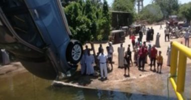 الشرطة تنقذ أسرة عقب سقوط سيارة بالنيل فى الأقصر.. صور