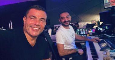 """من الاستديو.. عمرو دياب يكشف عن عمل فنى جديد مع نادر حمدى: """"نجهز لشيء ما"""""""