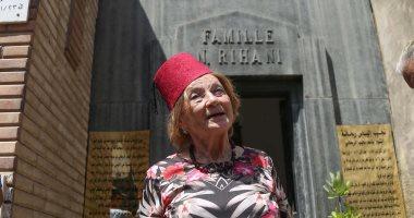 جينا تزور قبر والدها نجيب الريحانى بالطربوش وتدخل فى نوبة بكاء