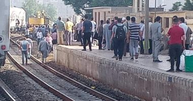 خروج عربة قطار عن القضبان بمحطة بنها والسكة الحديد تدفع بأوناش لرفعها.. صور