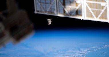 مشهد فريد لخسوف القمر الدموى العملاق من محطة الفضاء الدولية