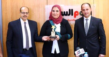 """""""اليوم السابع"""" يكرم وزيرة التضامن وأكرم القصاص يهديها درع المؤسسة تقديرا لجهودها"""