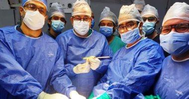 فريق جراحة عظام بالفيوم ينجح فى استخراج آلة حادة بعنق طفل