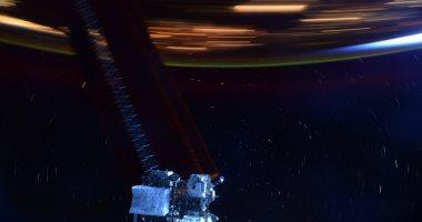 رائد فضاء يسعى لالتقاط صورة تظهر سرعة المحطة الفضائية حول الأرض