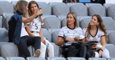 """زوجات لاعبى ألمانيا فى مدرجات """"أليانز أرينا"""" لدعم المانشافت أمام فرنسا.. صور"""
