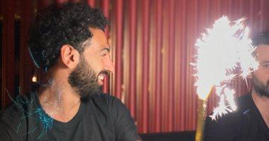 صورة محمد صلاح يحتفل بعيد ميلاده الـ 29 بإشعال الألعاب النارية.. صورة
