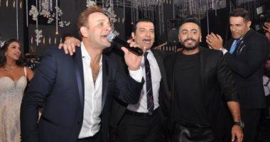 مصطفى قمر يرقص مع تامر حسنى فى حفل زفاف ابنه إياد.. فيديو
