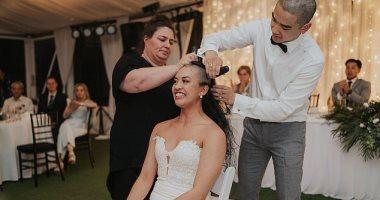 عروسان يحلقان رأسيهما فى حفل الزفاف