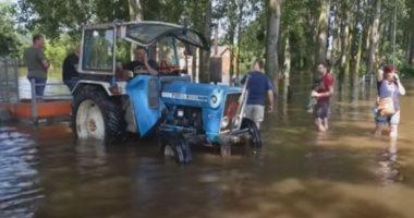 لقطات لإجلاء الجيش الهولندي السكان من منازلهم المغمورة بمياه الفيضانات