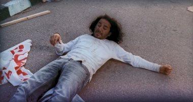 أحمد حلمى يستعين بمشهد ضربه فى عسل أسود للسخرية من طول شهر أغسطس
