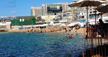 هدوء نوعى فى الأمواج.. إقبال متوسط على شواطئ الإسكندرية.. صور