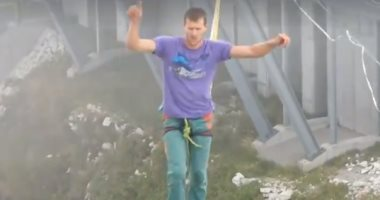 مسابقة للوقوف على حبال متحركة مربوطة على ارتفاع 450مترًا بجبال الألب..فيديو