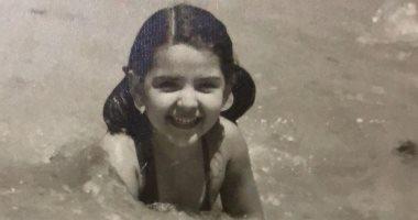 فنانة مشهورة تستمع بمياه البحر وإجازة الصيف خلال طفولتها.. اعرف مين.. صور