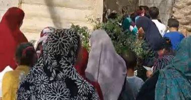 الآلاف من أهالى قرية أبو رقبة يقرأون الفاتحة للراحل محمود العربى