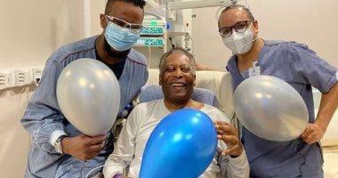 """صورة بيليه يلعب بـ""""البلالين"""" مع الممرضين ويطمئن الجمهور على حالته الصحية"""