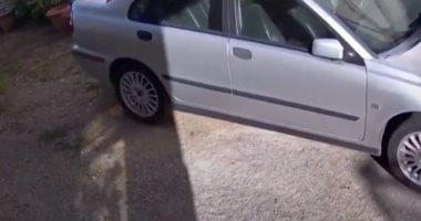 سيارة تهتز فى الشارع من الزلزال