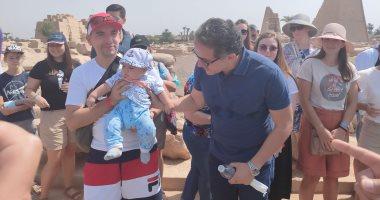 قصة الطفل الأوكرانى رمضان مع وزير السياحة وأمين الأعلى للآثار بالكرنك.. صور
