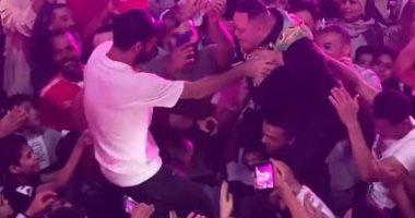 """""""محمولان على الأكتاف"""" أمح الدولى وأفشة فى وصلة رقص من ليلة الحنة.. فيديو"""