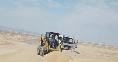 إزاحة الرمال من على الطرق بمدينة الحسنة فى سيناء لتسهيل حركة المرور