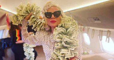 """ليدى جاجا """"تلعب بالدولارات"""" فى كواليس عودتها من تصوير House of Gucci"""