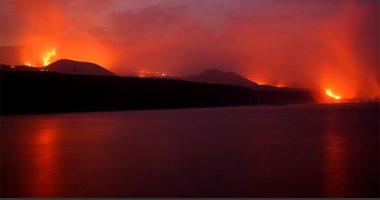 أنهار الحمم البركانية.. اختلاط الماء بالنار فى جزر أسبانيا يدهش العالم