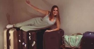 """""""أحب السفر الخفيف"""".. أمينة خليل تستعد لمهرجان الجونة بطابور حقائب فساتين"""