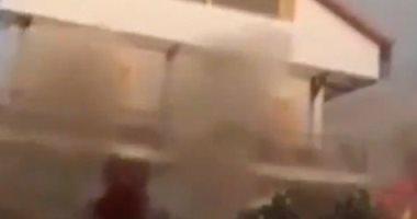 لحظة انهيار مبنى في جزيرة لا بالما بسبب تزايد الحمم البركانية.. فيديو
