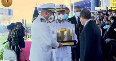 الرئيس عبد الفتاح السيسى يتسلم الهدية التذكارية