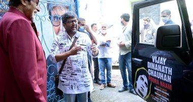 أميتاب باتشان يلتقى معجبا به قام بطلاء سيارته بمقولات أفلامه ويوقع عليها
