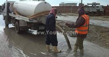 فيديو.. سيارات الصرف الصحى تفرغ حمولتها فى ترعة قرية الغرق بالفيوم