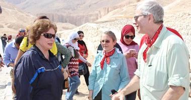 بالصور.. جيهان السادات تزور مقابر توت عنخ آمون وسيتى الأول فى الأقصر