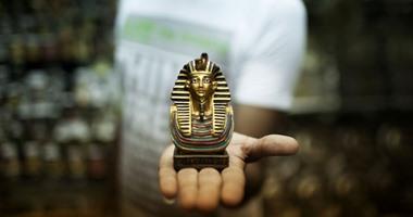 مستنسخات أثرية تباع فى منافذ الأسواق الحرة بمطار القاهرة الدولى.. اعرف التفاصيل