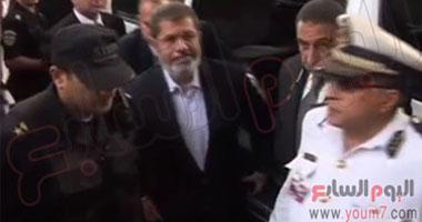 """""""مرسى"""" يرتدى ملابس الحبس الاحتياطى عقب إجراء الفحوصات الطبية"""