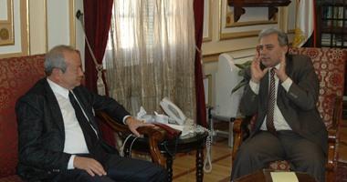 رئيس جامعة القاهرة يبحث مع نجيب ساويرس توفير فرص عمل للخريجين