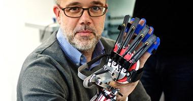 قفاز جديد متطور يساعد غير القادرين على تحريك يدهم
