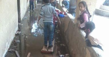 صحافة المواطن..بالصور: مياه الصرف الصحى تحاصر الطلاب داخل فصول مدرسة بالقليوبية
