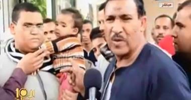 """بالفيديو.والد الرضيع المتهم بتلويث النيل:أين العقل من اتهامه بحمل""""مقطف""""قمامة"""
