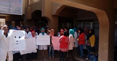 وقفة صامتة لطلاب الطب البيطرى فى أسوان للمطالبة بتحسين أوضاع البيطريين