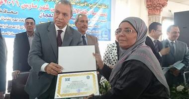 بالصور.. اتحاد عمال مصر يكرم 16 من الأمهات والآباء المثاليين فى قنا