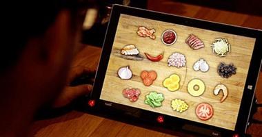 """تكنولوجيات غزت المطاعم.. """"صنية"""" ذكية لتصفح الإنترنت ونظارات VR للأطفال"""