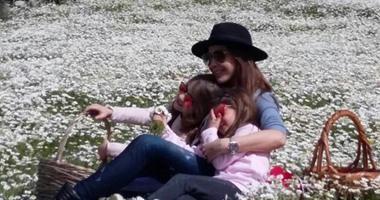 """نانسى عجرم تحتفل بـ""""فصل الربيع"""" بصورة رائعة مع ابنتيها"""