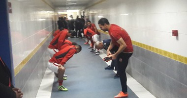 لاعبو الأهلى يؤدون تدريبات الإحماء فى غرفة الملابس قبل مواجهة ديروط