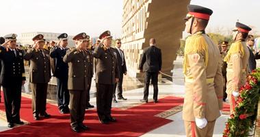 وزير الدفاع ينيب قادة الجيوش لوضع إكليل زهور على نصب الجندى المجهول