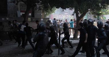 طلاب الثانوية المتظاهرون أمام وزارة التعليم يرشقون الأمن بالحجارة