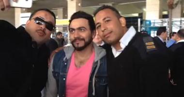 بالفيديو والصور.. وصول تامر حسنى مطار بلجيكا لإحياء حفله هناك