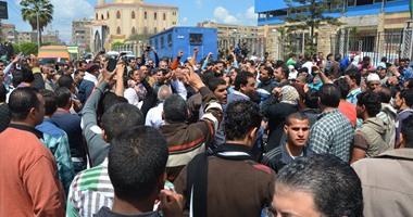 تظاهرة أمام بوابة الاستاد الرياضى