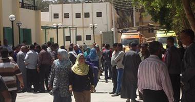 بالصور.. نقل جثث ومصابى حادث الوادى الجديد لمستشفى الخارجة العام