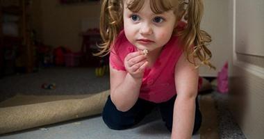 طفلة فى الرابعة تأكل أثاث المنزل ورقائق الأسمنت بدلاً من الشيبسى