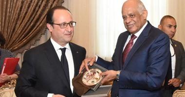 بالفيديو.. الرئيس الفرنسى يغادر مجلس النواب بعد لقاء على عبد العال