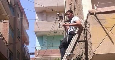 صحافة المواطن: شباب قرية دهتور يصلحون أعمدة الإنارة بأنفسهم